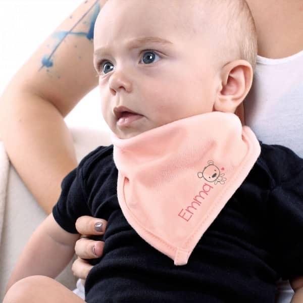 Bedrucktes Halstuch für Babys in Rosa mit Wunschnamen