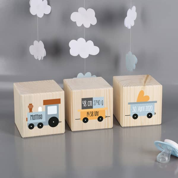 Niedliche Holzwürfel mit Lokomotive als Geschenk zur Geburt
