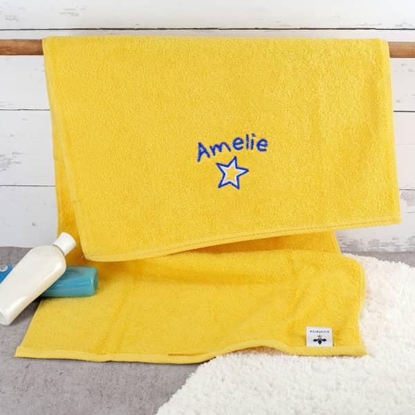 gelbes Handtuch mit Stern und Name bestickt