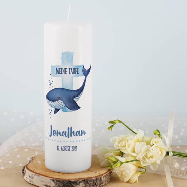 Taufkerze für Jungen mit Wal, blauem Kreuz, Name, Datum und Taufspruch