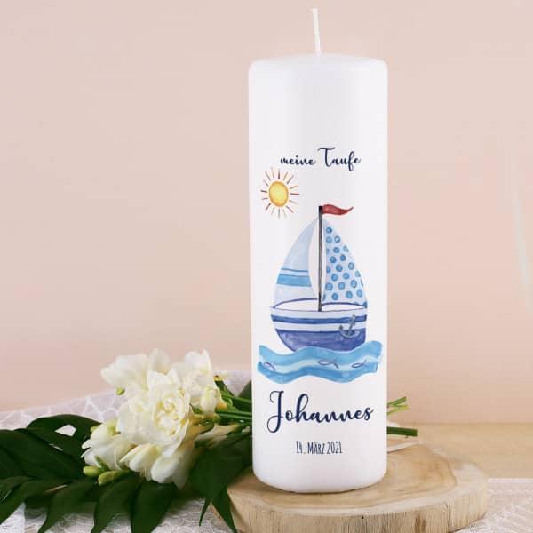 Taufkerze mit Segelboot, Name, Datum und Taufspruch