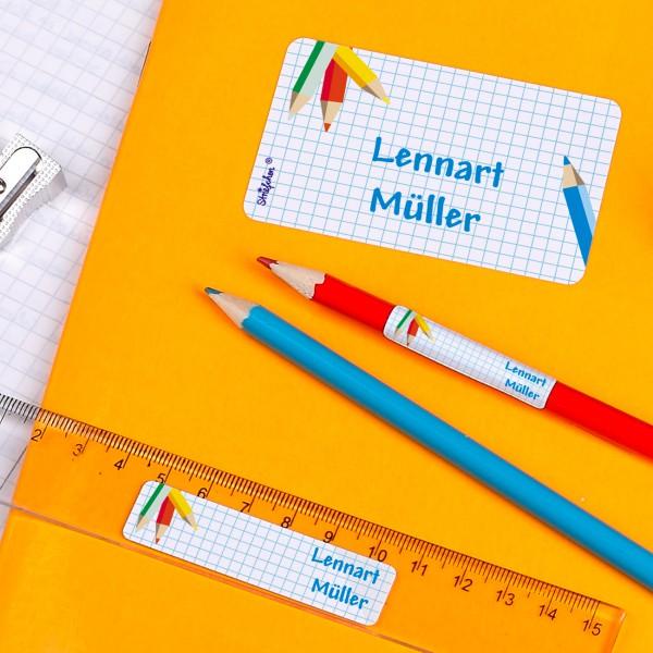 Schulaufkleber mit Stiften, karierten Blatt und Wunschnamen