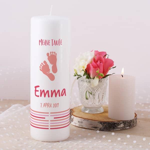 Taufkerze mit Fußabdrücken in rosa, Name, Datum und Taufspruch