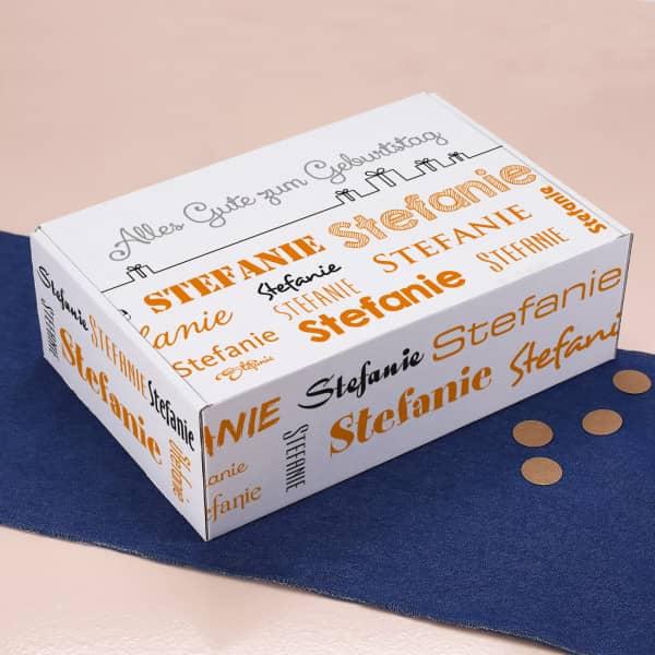 Geschenkkarton mit Wunschtext und Name in verschiedenen Schriftarten - orange