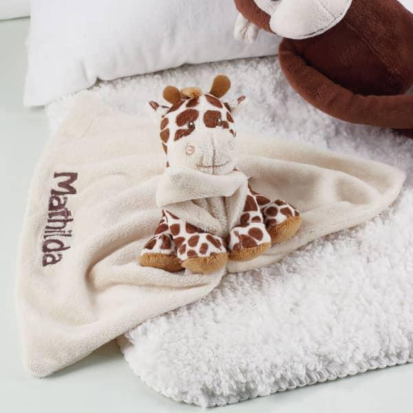 Niedliche Giraffe mit Schmusetuch