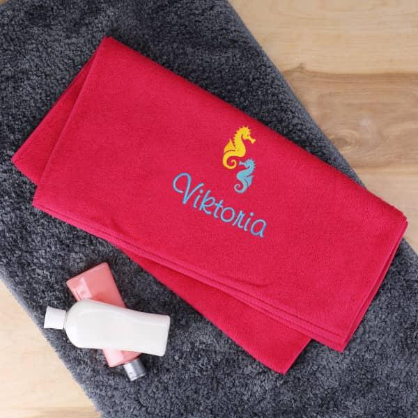 Rotes Handtuch mit Stick von Name und Seepferdchen